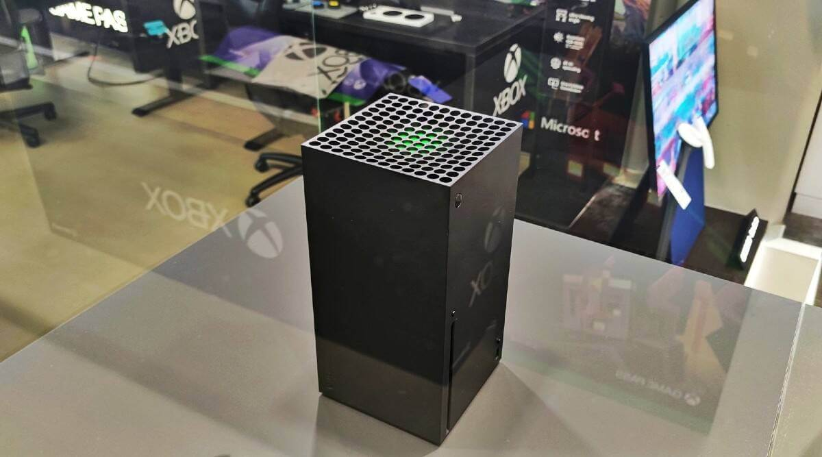 عکسی از ایکس باکس سری ایکس پشت ویترین فروشگاه