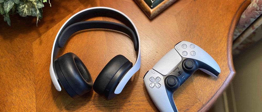 هدست بی سیم PS5 در کنار کنترلر دوال سنس