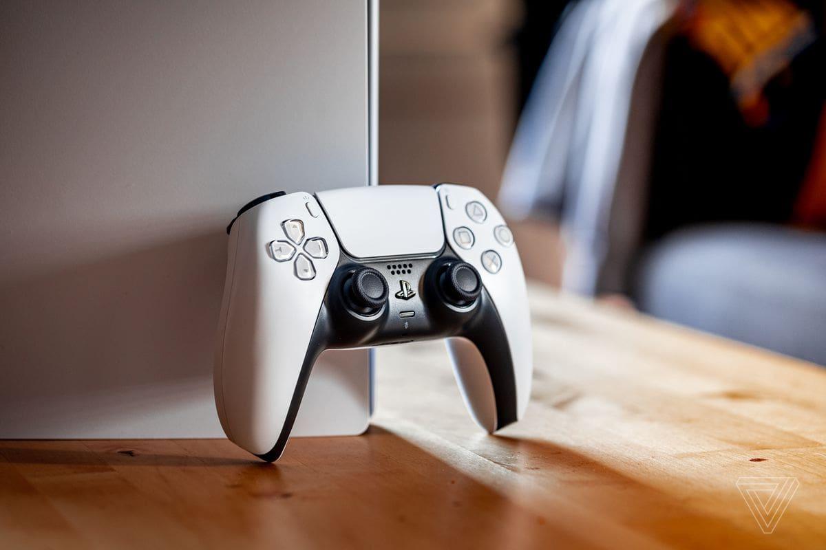 کنترلر دوال سنس در کنسول PS5