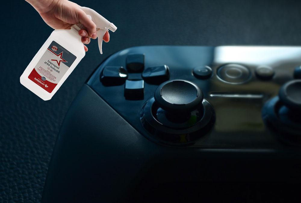 تصویر تمیز کردن کنترلر و دسته کنسول بازی
